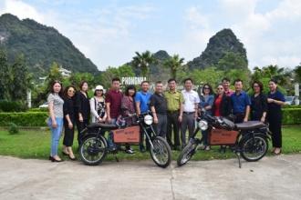 Trao tặng 2 chiếc xe máy điện cho BQL Đền tưởng niệm Anh hùng liệt sỹ đường 20 Quyết Thắng (mang tâm danh Hang Tám Cô)